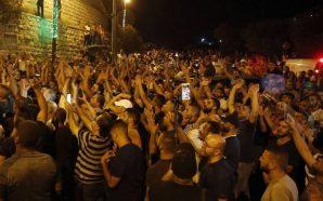 الاحتفالات تعم المدينة المقدسة بعد إزالة البوابات والجسور الحديدية عن…