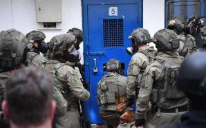 """قوات القمع تستهدف غرف الأسرى المضربين في """"النقب"""""""