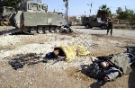 على طريقة أبو غريب- جنود الاحتلال يلتقطون الصور مع الشهداء والأسرى