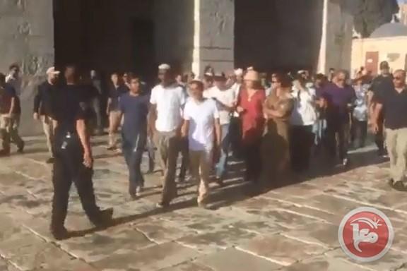 فيديو- عشرات المستوطنين يحاولون اقتحام المسجد الاقصى…فيديو