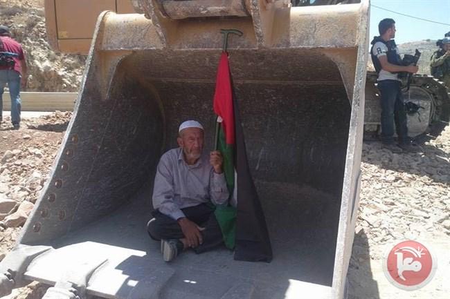 الاهالي يجبرون جرافات الاحتلال الاسرائيلي على وقف مصادرة اراضي نعلين ودير قديس