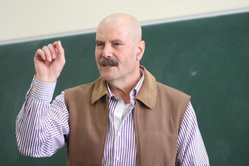 الاحتلال يعتقل الكاتب والأكاديمي الفلسطيني أحمد قطامش
